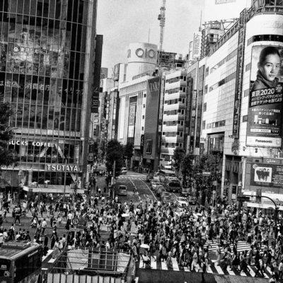 森山大道が渋谷の路地裏をジャック!100点を超えるストリート写真展